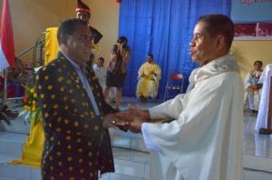 Ketua Koperasi Kredit Boawae, Petrus Lengi menyerahkan sumbangan kepada Vikjen Keuskupan Agung Ende Romo Cyrilus Lena Pr